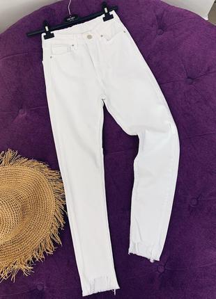 Стильные белые джинсы с рваным низом супер модель в наличии