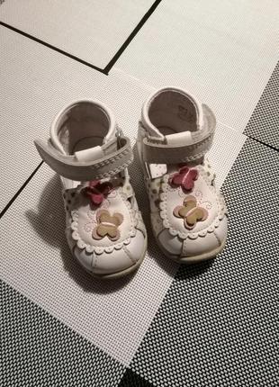 Босоніжки, туфельки для дівчинки.