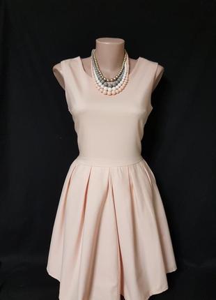 Изумительное персиковое платье с пышной юбкой