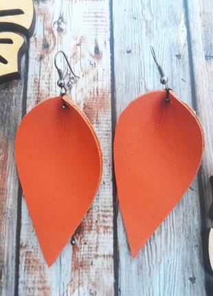 Кожаные сережки в форме листьев в стиле бохо