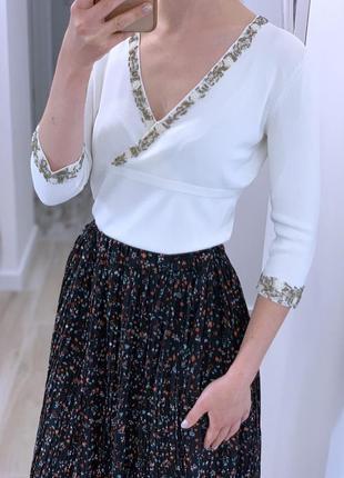 Трикотажная блуза украшенная бисером