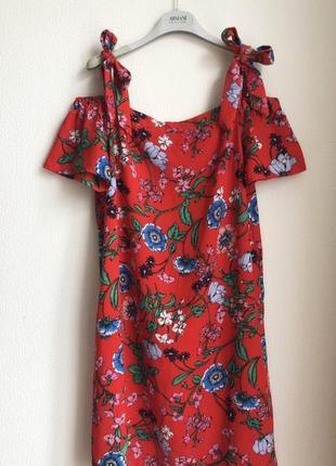 Яркое красное платье с цветочным принтом, открытыми плечами