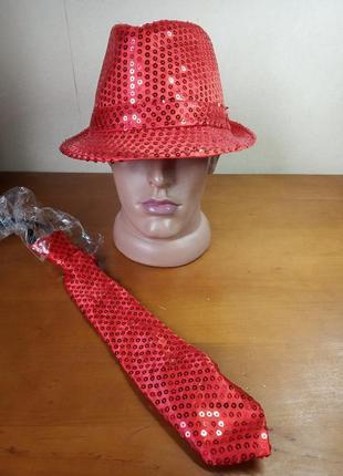 Красная шляпа с паетками и галстук в придачу