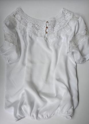 Натуральная блуза с кружевом.