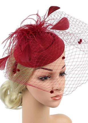 Бордовая шляпка с перьями и вуалью
