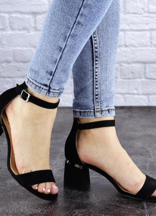 Женские босоножки на каблуке черные