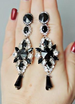 Элегантные серьги с кристаллами.