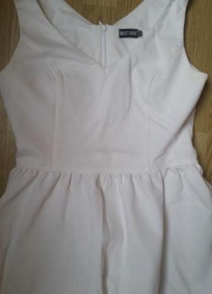 Белоснежное платье с юбкой полусолнце
