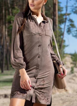 Асимметричное замшевое коричневое/капучино платье-рубашка с вышивкой и поясом (940 svtt)