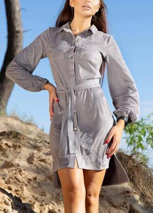 Асимметричное замшевое серое платье-рубашка с вышивкой и поясом (940 svtt)