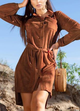 Асимметричное замшевое терракотовое платье-рубашка с вышивкой и поясом (940 svtt)