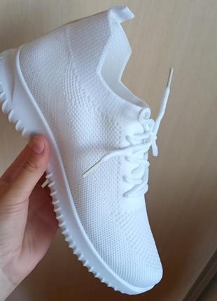 Трендовые кроссовки на шнуровке