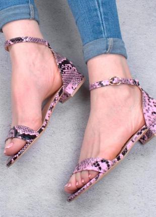 Стильные розовые босоножки сандалии с принтом рептилия змеиный низкий ход