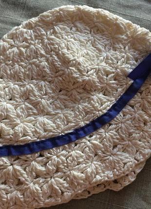Белая шляпка панамка из бумажной соломки с синей лентой