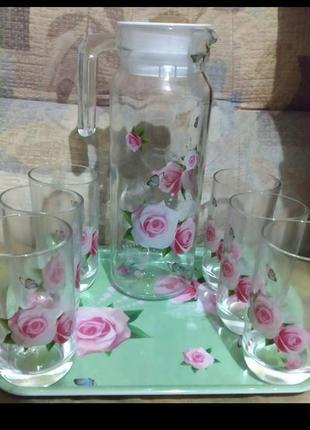 Кувшин со стаканами на разносе