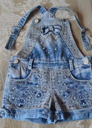 Классный летний джинсовый комбинезон с блестящими камушками
