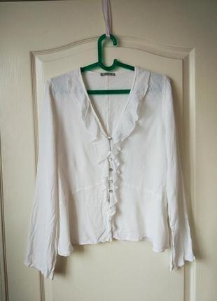 Элегантная белая блуза с рюшами