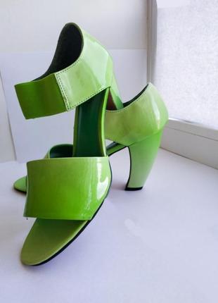 Летние открытые женские туфли на каблуке