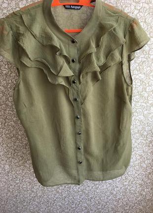Шелковая блуза от mark& spenser с воланами, на пуговицах, зелено - оливкового оттенка