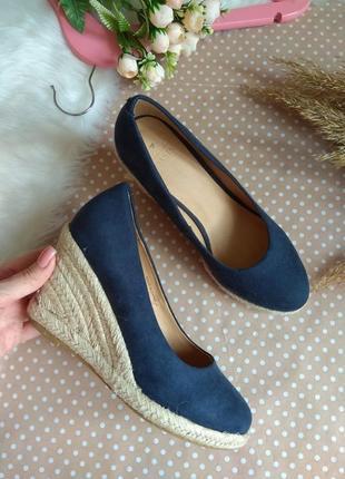 Шикарні закриті туфлі темно- синього кольору.