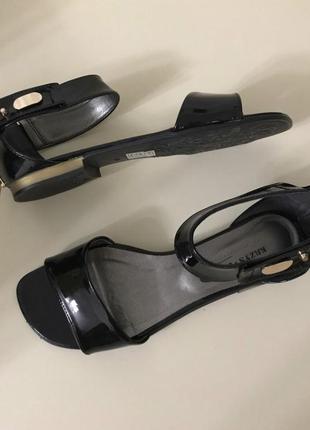 Лаковые босоножки сандали