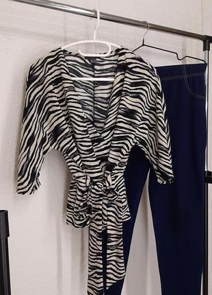 Стильная блуза / кофточка с актуальным анималестическим принтом.