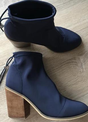 Актуальные ботинки на устойчивом каблуке