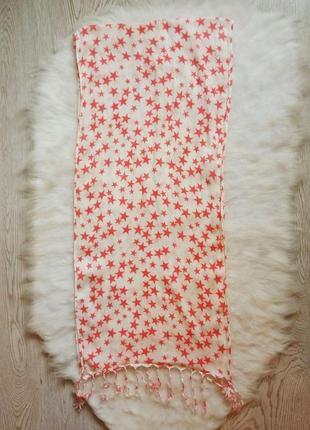 Широкий длинный белый шарф с розовыми цветными звездочками принтом с бахромой висюльками