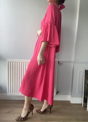 Ярко розовое платье, с рукавами-воланами, миди длина
