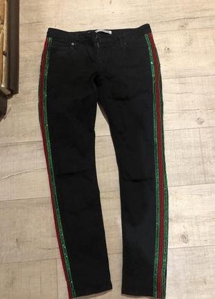 Чёрные джинсы ускачи с лампасами