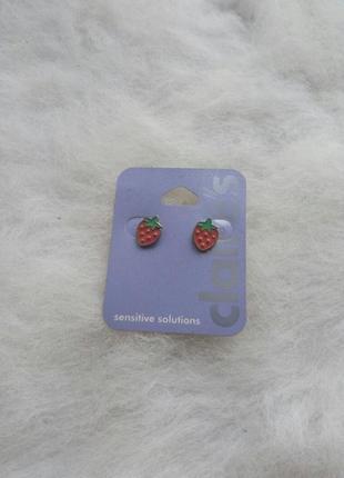 Серебристые цветные красные круглые маленькие сережки ягодками клубника еда чувствительной