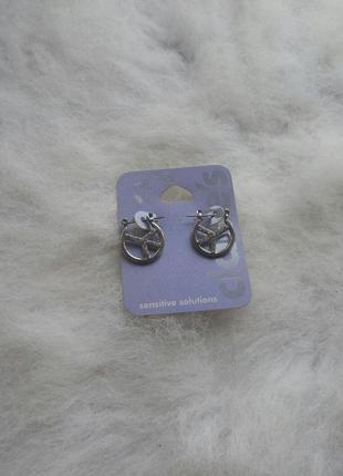 Серебристые круглые маленькие средние сережки с камнями стразами для чувствительной