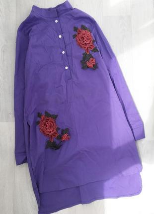 Плотное платье-рубашка с нашивками