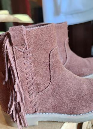 Замшевые демисезонные ботинки полусапожки на девочку с бахромой  zara