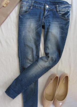 Светло-синие джинсики скини обрезаны штанины в низу
