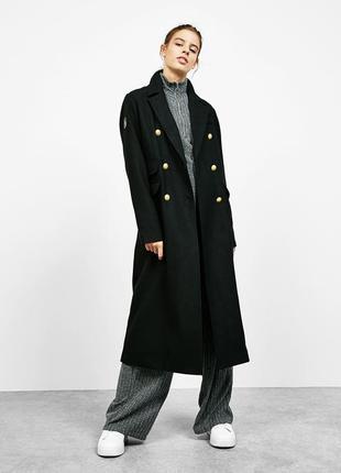 Чёрное двубортное пальто в стиле милитари