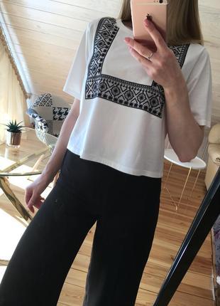 Хлопковая белая футболка с вышивкой