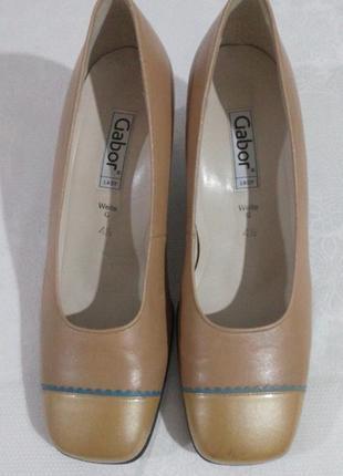 Нові туфлі на зручному каблуку