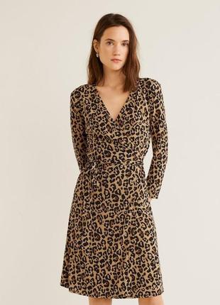 Платье на запах леопардовый принт анимал mango