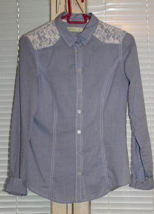 Приталенная стильная рубашка с отделкой из гипюра.1 фото