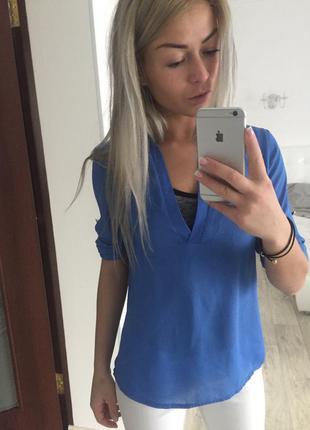 Яркая блузка с шлейфом