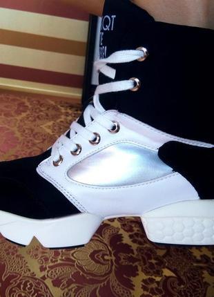 Стильные кроссовки черно-белые