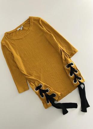 Кофточка в рубчик горчичного цвета с люверсами и шнуровкой