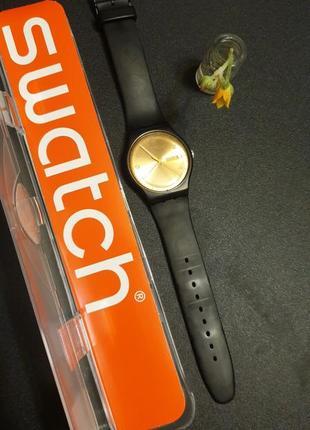 Часы чёрные с золотом швейцария swatch с силиконовым ремешком