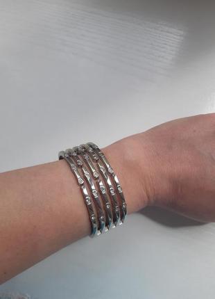 Широкий браслет из серебристого металла