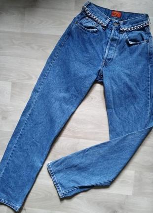 Высокие светлые мом джинсы
