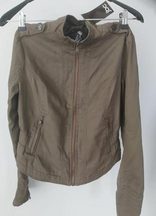 Короткая куртка цвета хаки 38 44