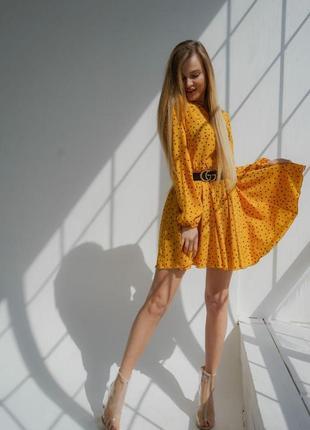 Легкое желтое платье в горошек
