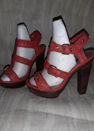 Коралловые кожаные босоножки на высоком каблуке