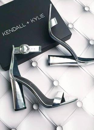 Kendall + kylie серебристые босоножки на широком каблуке
